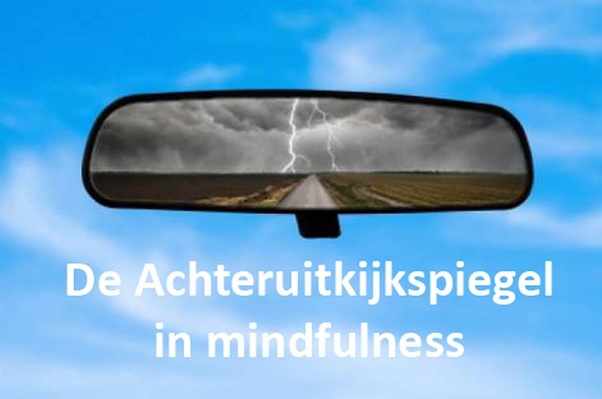De achteruitkijkspiegel in mindfulness context