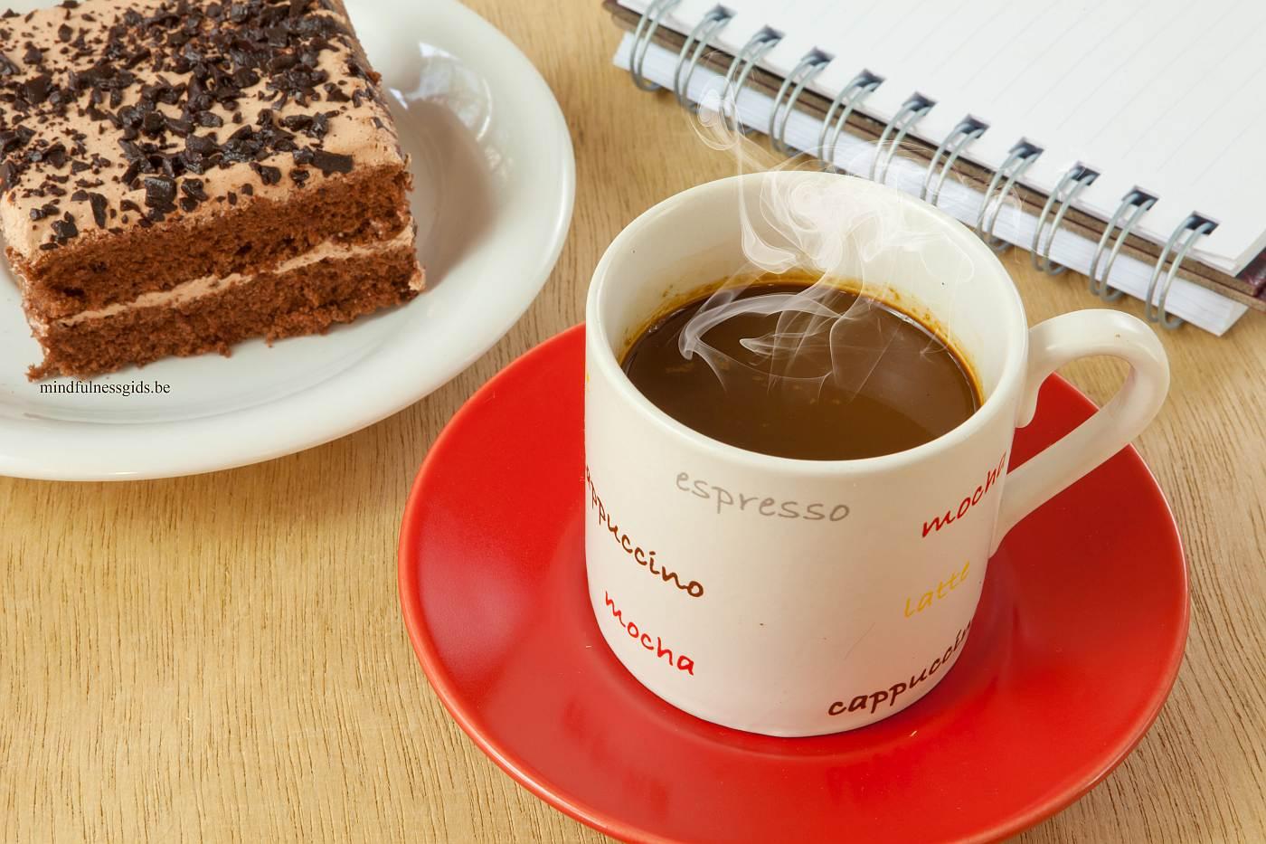 foto van lekkere koffie met een taartje