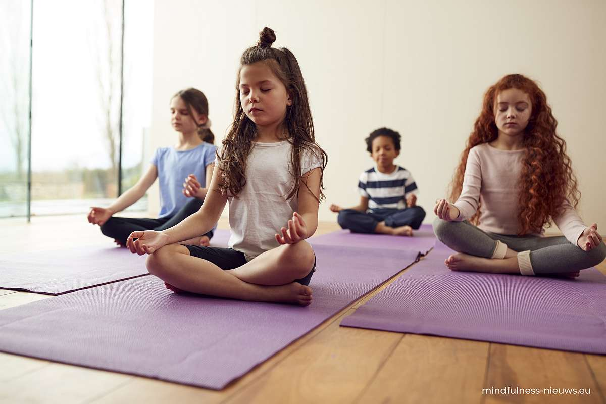 mediterende kinderen in groep op yogamatje