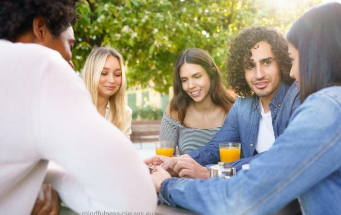 mindful cursisten ontspannen buiten