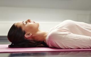 vrouw liggend te mediteren