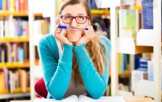 Foto van een studente in de bibliotheek